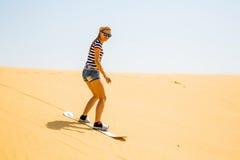 Восхождение на борт песка девушки Стоковая Фотография