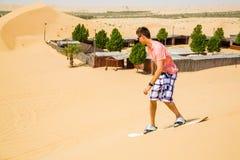 Восхождение на борт песка молодого человека Стоковые Изображения RF