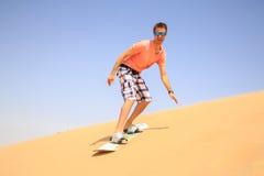 Восхождение на борт песка молодого человека Стоковые Фотографии RF