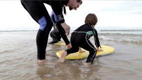 Восхождение на борт тела семьи на пляже сток-видео