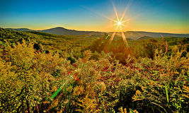 Восход солнца ландшафта на коричневой горе обозревает стоковое изображение