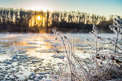 Восход солнца во время замораживания-вверх в реке стоковые изображения