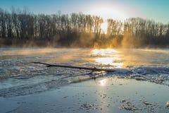 Восход солнца во время замораживания-вверх в реке стоковое изображение rf