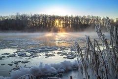 Восход солнца во время замораживания-вверх в реке стоковые фотографии rf