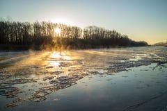 Восход солнца во время замораживания-вверх в реке Стоковые Фото