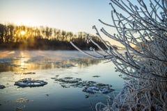 Восход солнца во время замораживания-вверх в реке Стоковое Изображение