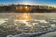 Восход солнца во время замораживания-вверх в реке стоковая фотография rf