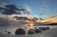 Восход солнца в валунах Moeraki стоковые фотографии rf
