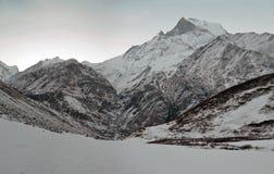 Восход солнца в горах Snowy гималайских Пик Machapuchare, верхняя часть кабеля рыб Зона Annapurna, след базового лагеря Annapurna Стоковые Фотографии RF