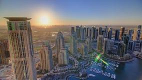 Восход солнца в Марине Дубай с башнями и гаванью видеоматериал