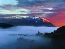 Восход солнца в долине Aramaio с горой Udalaitz стоковые фотографии rf