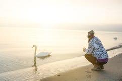 Восход солнца в природе девушка и лебедь море любит предпосылка Копенгаген 1 3 2015 Стоковые Фотографии RF