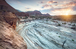 Восход солнца в пустыне с каньоном стоковые фото