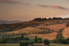 Восход солнца в Тоскане с известным переулком кипариса Стоковые Изображения