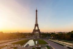 Восход солнца в Эйфелева башне в Париже, Франции Эйфелева башня известна Стоковое Изображение RF