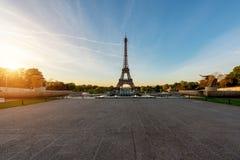Восход солнца в Эйфелева башне в Париже, Франции Эйфелева башня известна Стоковые Изображения RF