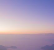 Восход солнца горного вида предпосылки нерезкости неба пастельного цвета Стоковое Изображение RF