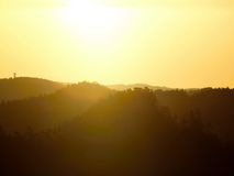 Восход солнца горячего источника туманный в красивом скалистом парке Пики песчаника увеличенные от тумана Стоковое Изображение RF