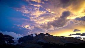 Восход солнца, горячий воздушный шар и луна над тюльпаном field акции видеоматериалы