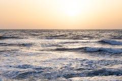 Восход солнца захода солнца на море с красивыми волнами Стоковое Изображение