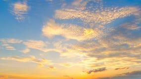 Восход солнца захода солнца с облаками, световыми лучами и другим атмосферическим влиянием, селективным белым балансом Стоковые Фотографии RF