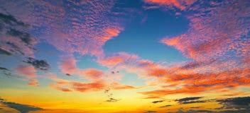 Восход солнца захода солнца с облаками, световыми лучами и другим атмосферическим влиянием, селективным белым балансом Стоковое Фото