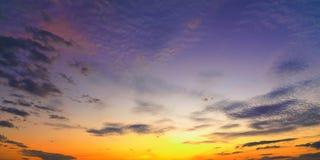 Восход солнца захода солнца с облаками, световыми лучами и другим атмосферическим влиянием, селективным белым балансом Стоковая Фотография RF