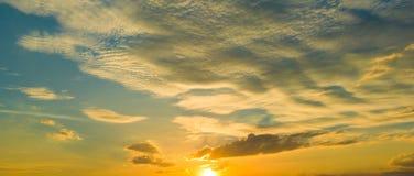 Восход солнца захода солнца с облаками, световыми лучами и другим атмосферическим влиянием, селективным белым балансом Стоковое Изображение