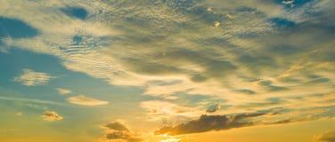 Восход солнца захода солнца с облаками, световыми лучами и другим атмосферическим влиянием, селективным белым балансом Стоковое Изображение RF