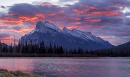 Восход солнца за держателем Rundle Стоковые Изображения