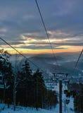 Восход солнца зимы под горами в России Стоковые Изображения