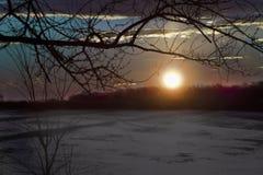 Восход солнца зимы через поле снега Стоковое Фото