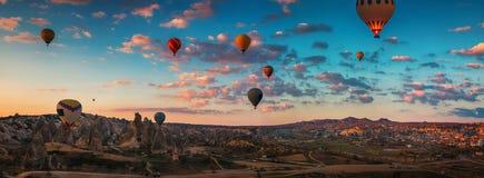 Восход солнца и горячие воздушные шары летая над долиной Cappadocia, Стоковые Фотографии RF