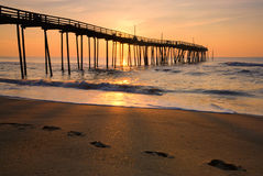 Восход солнца и следы ноги на наружных банках, Северной Каролине Стоковая Фотография