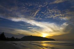 Восход солнца красивый с облаком пляж Krut запрета пляжа Стоковое фото RF