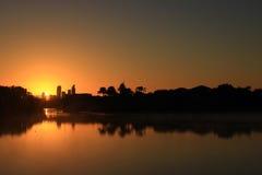 Восход солнца между зданиями рая серферов от озера Стоковые Изображения