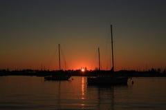 Восход солнца между шлюпками Стоковые Изображения