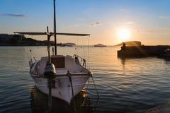 Восход солнца на ландшафте моря Meditarranean в лете с шлюпкой на Стоковые Фото