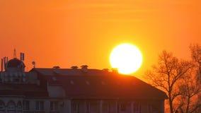 Восход солнца над большим домом Timelapse виллы видеоматериал