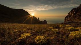 Восход солнца на больших озере, облаках и горах сток-видео