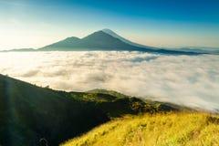 Восход солнца на верхней части вулкана Batur горы/Бали, Индонезии Стоковые Фото