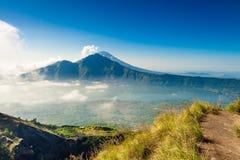 Восход солнца на верхней части вулкана Batur горы/Бали, Индонезии Стоковое Изображение RF