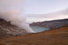 Восход солнца на вулкане Kawah Ijen, острове Ява Стоковые Фото