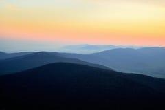 Восход солнца над голубыми гребнями Стоковое фото RF