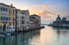 Восход солнца на грандиозном канале в Венеции, Италии Стоковые Изображения