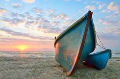 Восход солнца над 2 деревянных рыбацкой лодки Стоковая Фотография RF