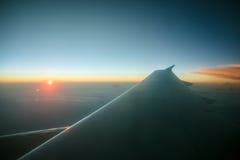 Восход солнца над крылом самолета Стоковая Фотография