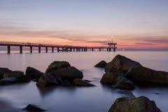 Восход солнца над мостом моря в заливе Burgas, Болгарии Стоковая Фотография RF