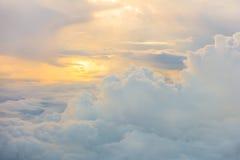 Восход солнца над облаками от окна самолета Стоковая Фотография