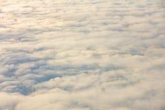 Восход солнца над облаками от окна самолета Стоковые Фотографии RF